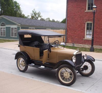 Late model Ford Model-T by Rmhermen via Wikimedia CC
