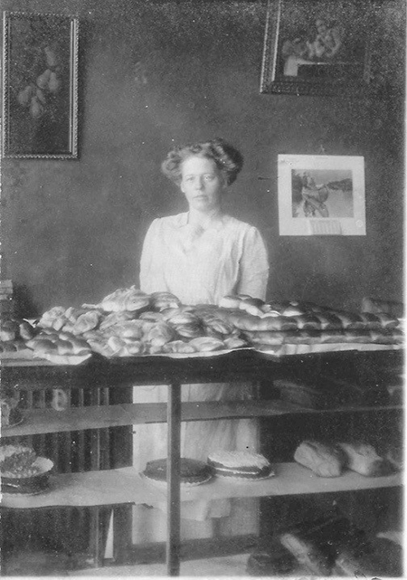 Hulda Erikkson home bakery in Chicago 1912
