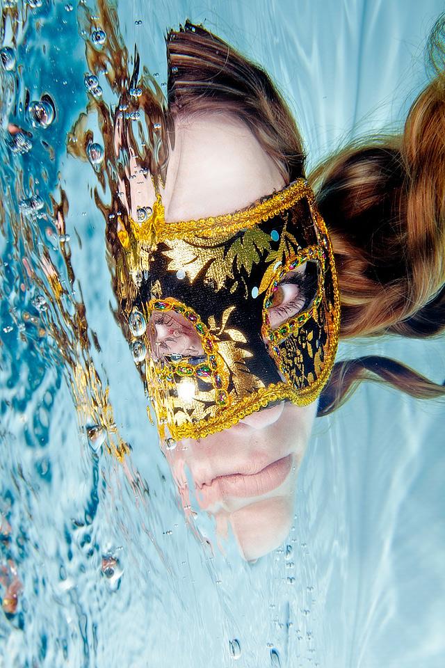 Unterwasser-Fotografie-Portrait-Karnevalsmaske-Haare